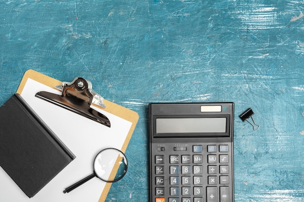 Mesa de oficina con suministros y calculadora de cerca