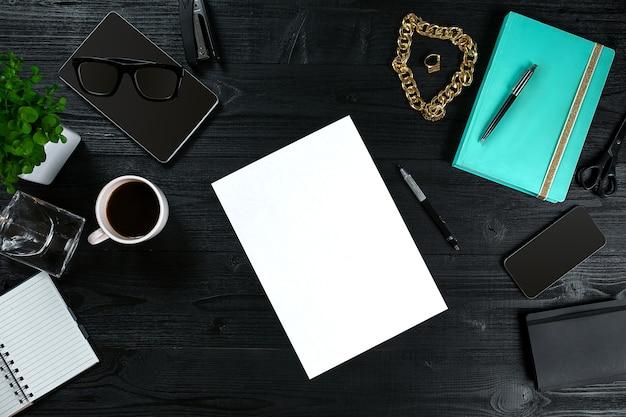 Mesa de oficina con vista superior plana, espacio de trabajo con marco de escritorio con hoja limpia de papel, diario de menta y móvil ...