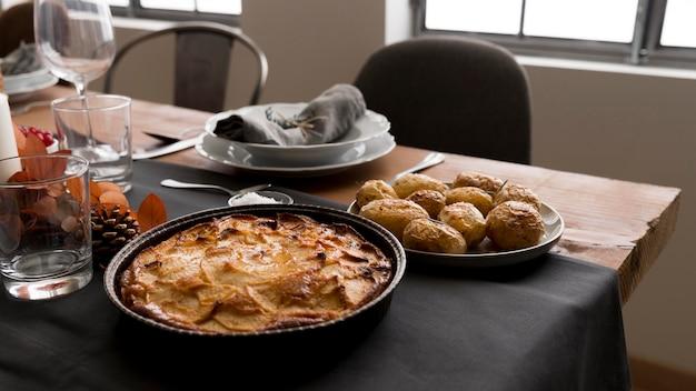Mesa con pastel para el día de acción de gracias.