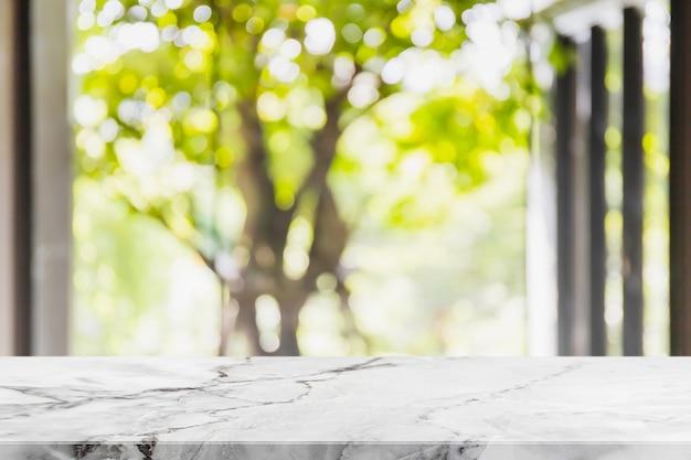 Mesa de piedra de mármol blanco vacío y sala de estar borrosa