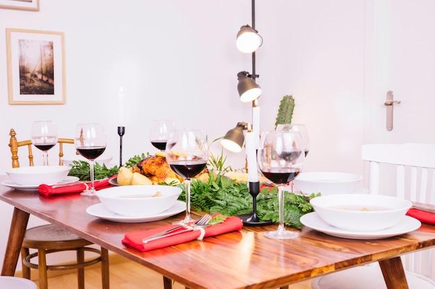 Mesa con platos y vino tinto