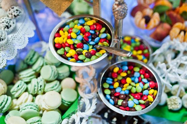 Mesa de postres de deliciosos dulces en la recepción de la boda.