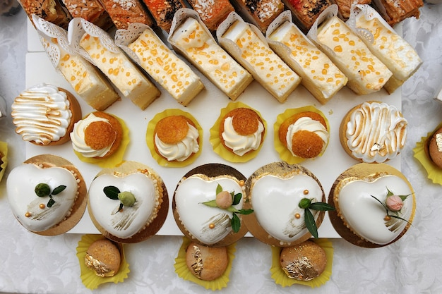 Mesa de postres con dulces. mesa dulce en una boda. dulces para invitados.