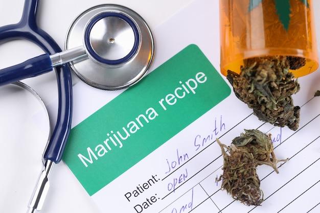 En la mesa prescripción médica para usar marihuana