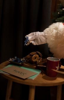 Mesa de primer plano llena de galletas de navidad