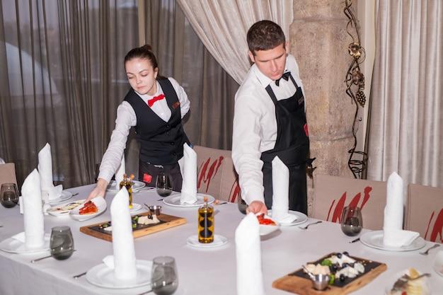 Mesa puesta para la cena en un restaurante.