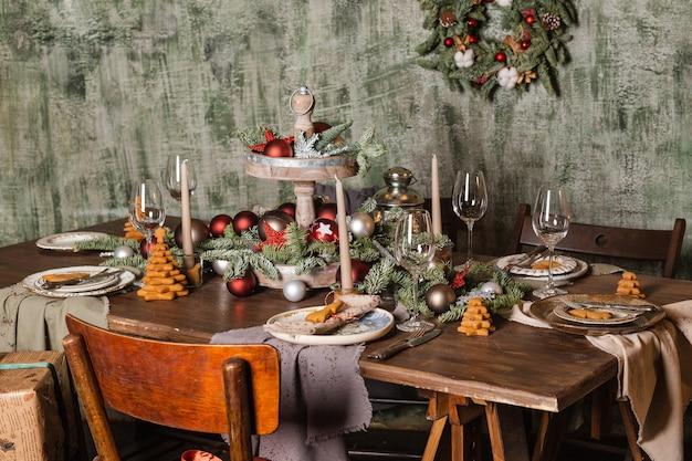 La mesa está puesta con comida y decorada para navidad.
