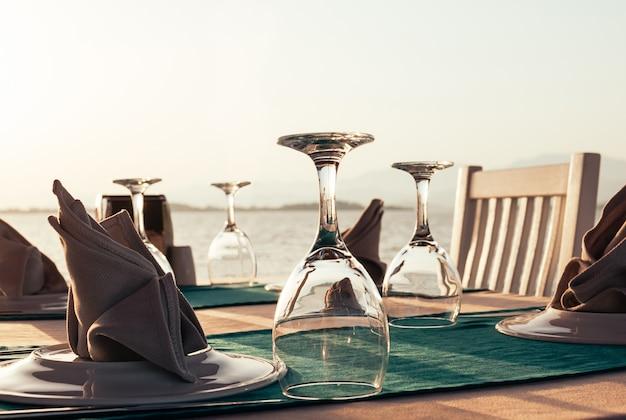 Mesa puesta en el restaurante de la playa al atardecer