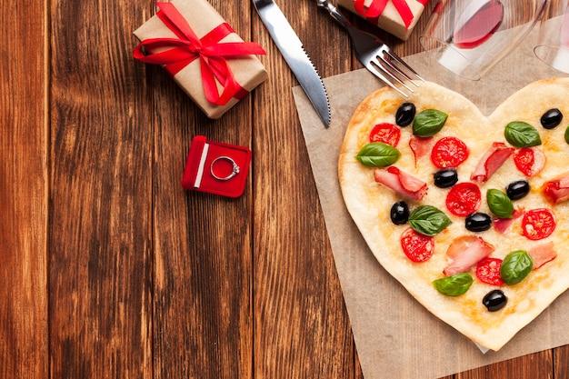 Mesa de puesta romántica con pizza.