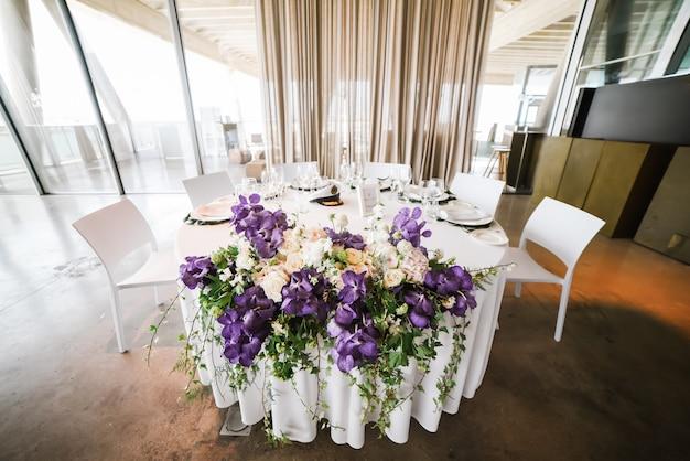 Mesa redonda de restaurante decorada para la celebración de bodas