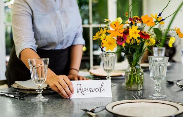 Mesa reservada en una cafetería.