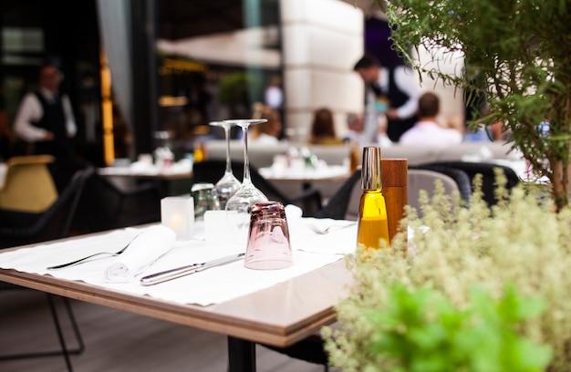 Mesa de restaurante al aire libre