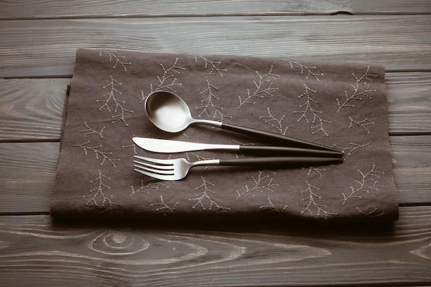 Mesa de restaurante con cubiertos