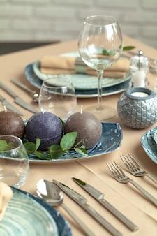 Mesa en restaurante con elegantes decoraciones.