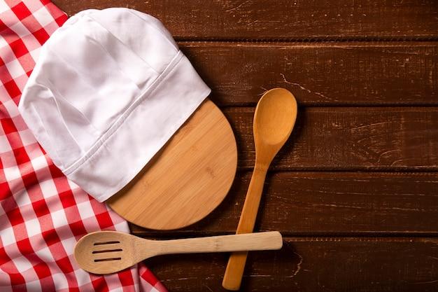 Mesa de restaurante con gorro de cocinero