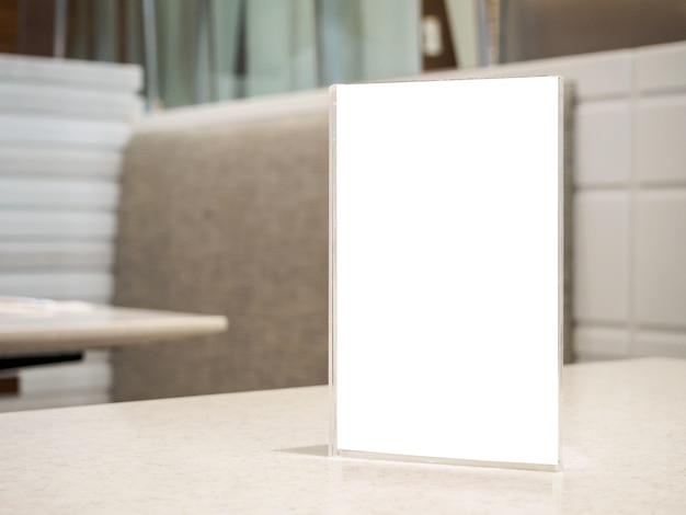 Mesa de restaurante con marco de menú de etiqueta en blanco