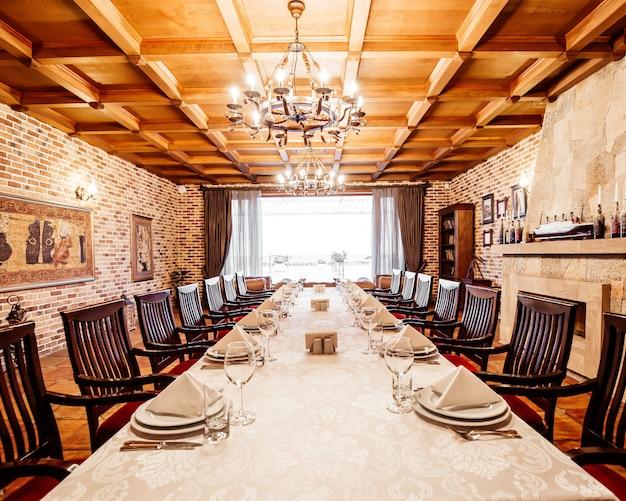 Mesa de restaurante en la sala privada con chimenea, techos de madera y paredes de ladrillo.