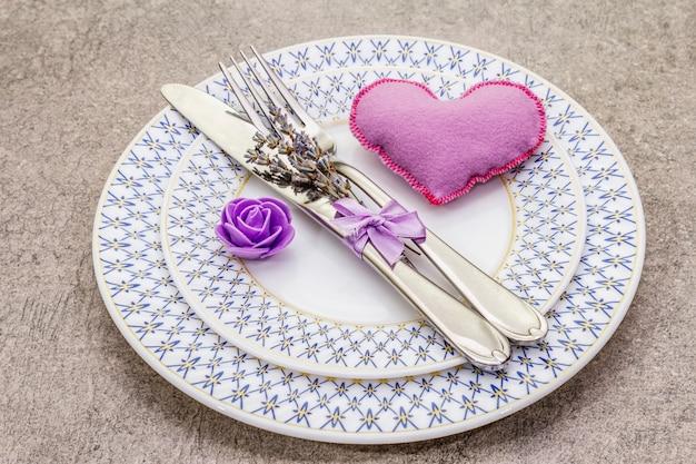 Mesa romántica con corazón de fieltro