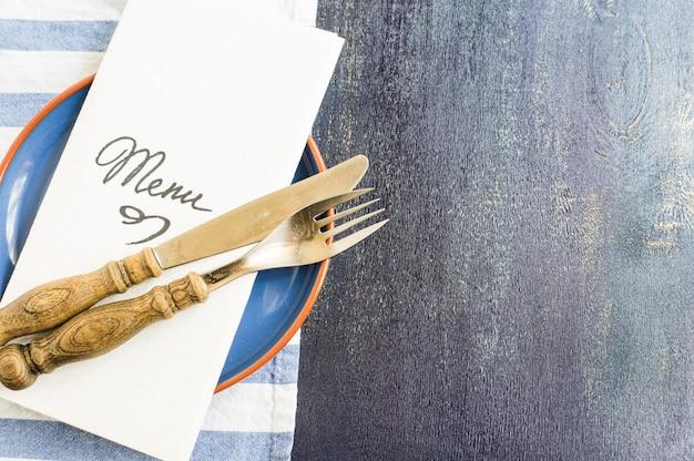Mesa rústica con menú