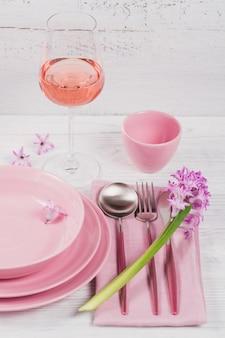 Mesa rústica rosa con flores de jacinto púrpura