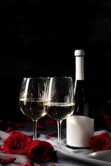 Mesa de san valentín con vino y copas.