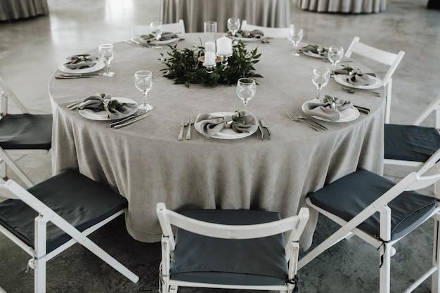 Mesa servida para la celebración en estilo minimalista.
