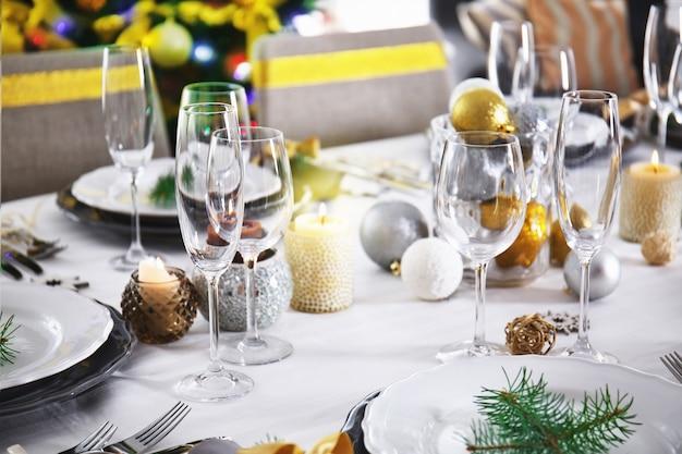 Mesa servida para la cena de navidad en el salón, vista cercana