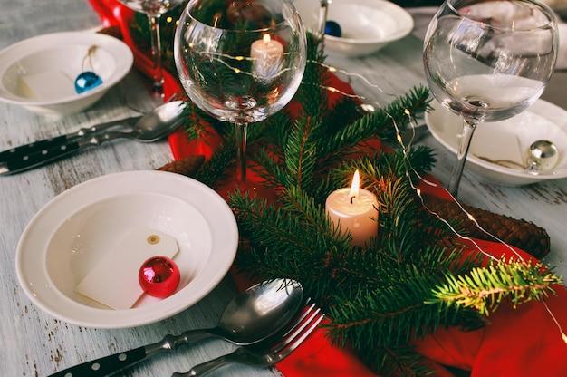 Mesa servida para la cena de navidad en el salón.