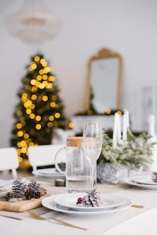 Mesa servida para la cena de navidad en salón