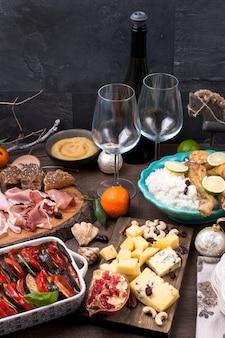 Mesa servida con diferentes comidas y meriendas.