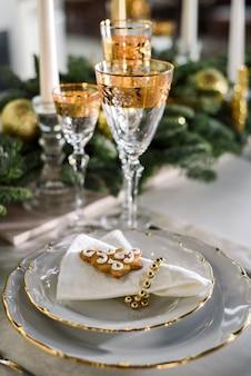 Mesa servida festivamente. una mesa puesta para una cena de navidad.