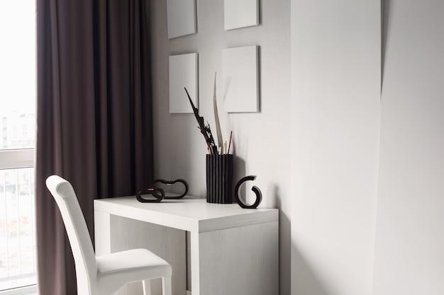 Mesa y silla blancas en interiores modernos