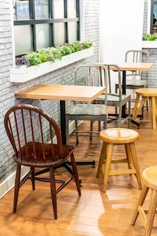 Mesa y silla en cafe restaurante