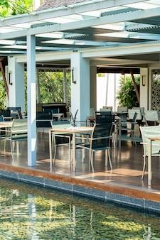 Mesa y silla de comedor en el restaurante cafetería