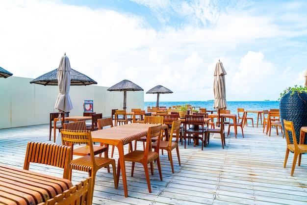 Mesa y silla de madera con vista al mar en maldivas