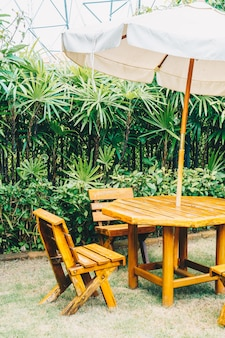 Mesa y silla de patio al aire libre de madera vacía en casa jardín