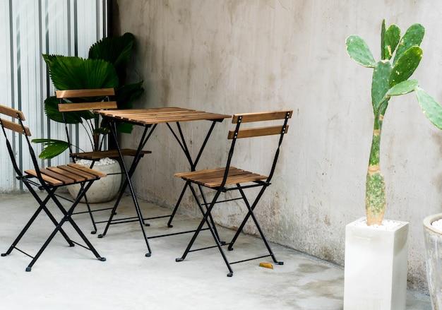 Mesa y silla de patio al aire libre vacío