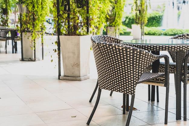 Mesa y silla de patio al aire libre