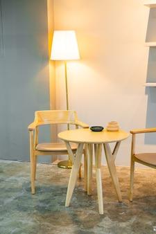 Mesa y silla vacías en cafetería cafetería restaurante