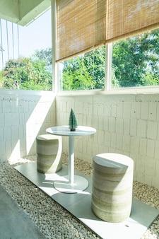Mesa y silla vacías en la cafetería, cafetería y restaurante.