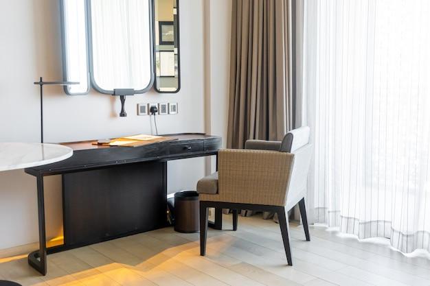 Mesa y silla vacías y hermosas para trabajar en casa