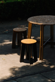 Mesa y sillas en día soleado.