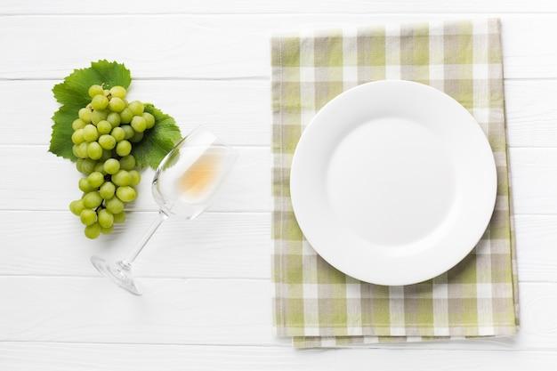 Mesa simplista concepto vino blanco