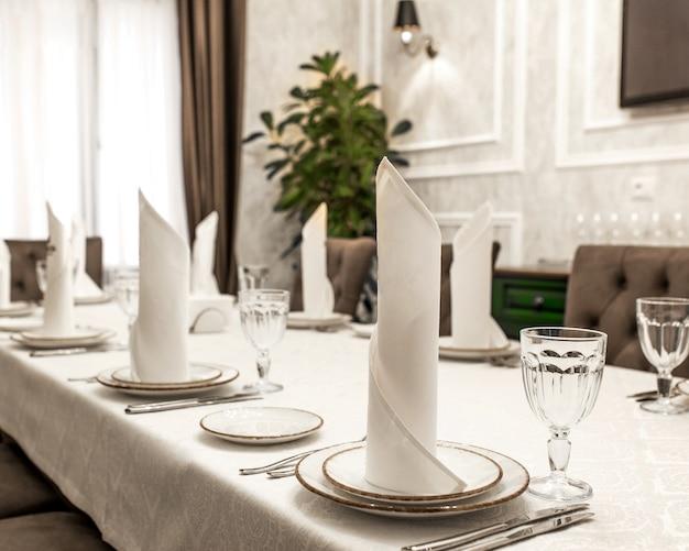 Una mesa con sirviente blanco