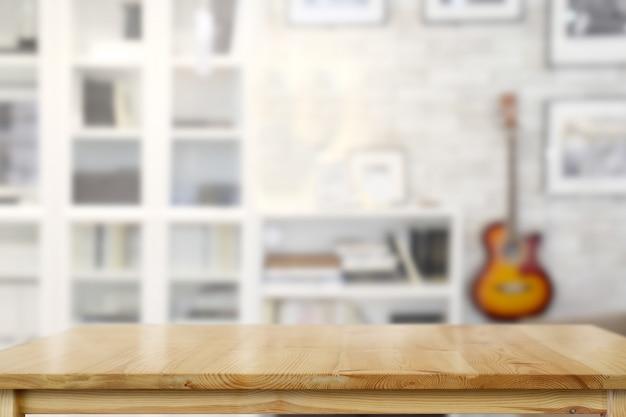 Mesa superior de madera en salón.
