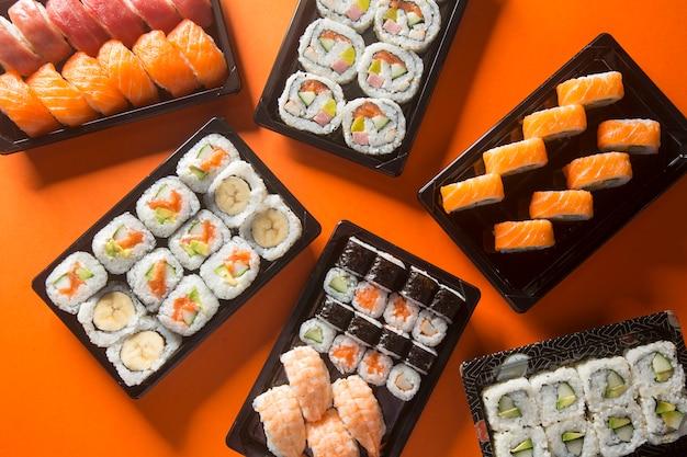 Mesa de sushi variada, vista desde arriba.
