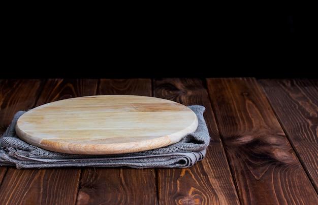 Mesa con tabla redonda para el montaje del producto.