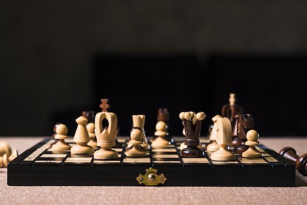Mesa con tablero de ajedrez