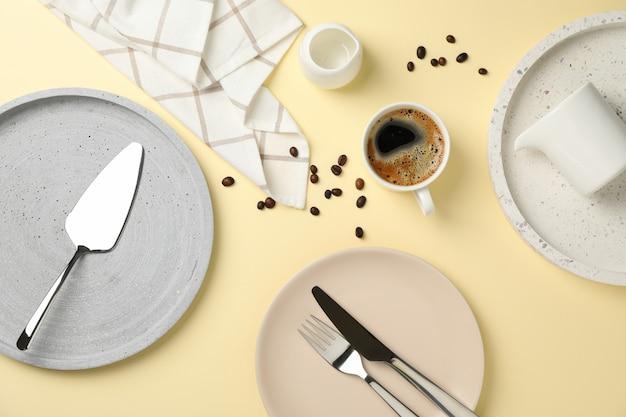 Mesa con taza de café sobre fondo beige, vista superior