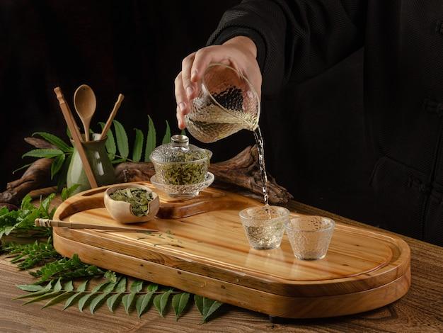 La mesa de té con instrumentos, teteras, tazas, panqueques y té shen puer